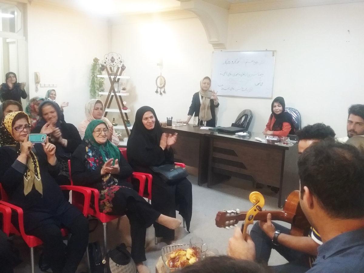 جلسه موسیقی درمانی در کلینیک تشخیصی سرطان به سرپرستی مهناز سبحانی گروه راز شاد زیستن