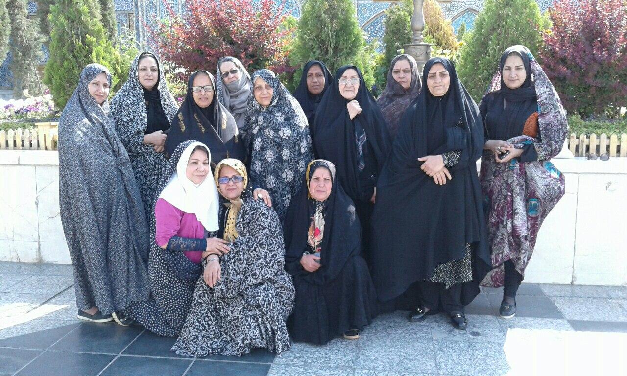 سفر زیارتی سیاحتی مشهد در حیاط حرم بهار 1396